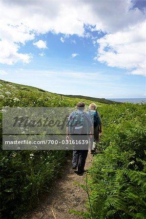 Couple de randonnée, St Ives, Cornwall, Angleterre, Royaume-Uni