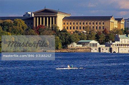 90ER JAHRE RUDERN ON SCHUYLKILL RIVER IN DER NÄHE VON MUSEUM FÜR KUNST UND WASSER ARBEITET, PHILADELPHIA, PENNSYLVANIA USA
