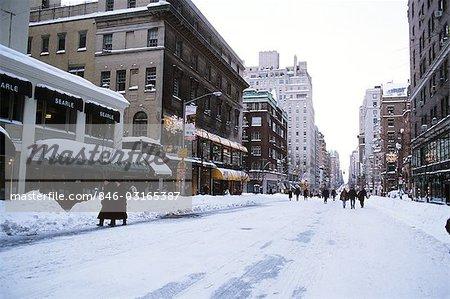 NEW YORK, NY MENSCHEN SNOWY STRAßE