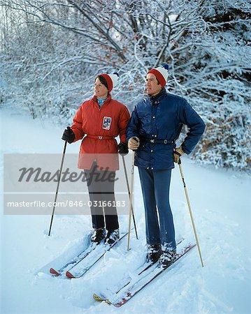 Femme Veste Années Couple Rouge Skis Sur Longueur Pleine Debout 1970 zrwtzx0
