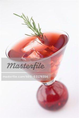 Martini rouge avec garniture de romarin