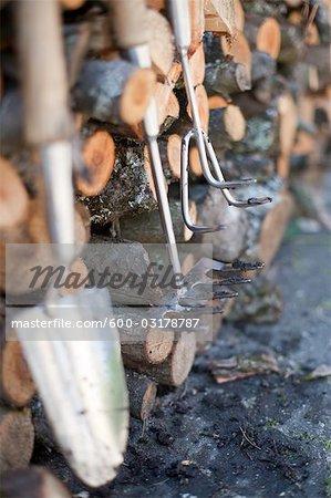 Outils de jardinage sur les tas de bois