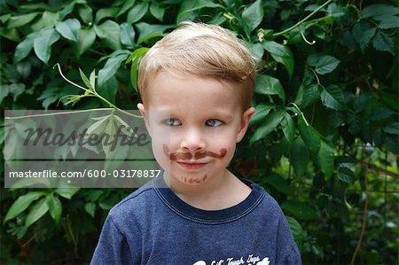 Portrait du petit garçon avec une fausse Moustache