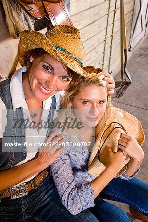 Mère et cow-girls teen fille à cheval stable