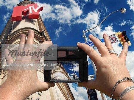 mains tenant l'appareil photo numérique photographier le Temple maçonnique, Toronto (Ontario)