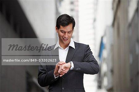 homme d'affaires regardant montre