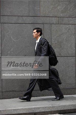 homme d'affaires marchant portefeuille porte-documents, reporte pack