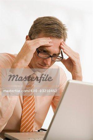 Frustriert Geschäftsmann Blick auf Laptop-Computer