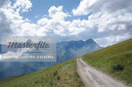 Route de campagne et Alpes, Stroppo, Province de Cuneo, Piémont, Italie