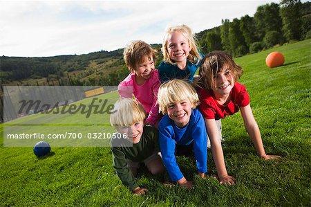 Enfants faisant la pyramide humaine