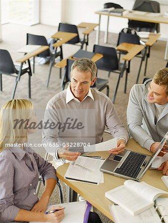 College-Studenten und Professor mit Laptop im Klassenzimmer