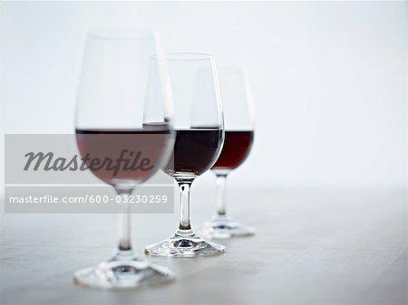Nature morte de trois verres de vin rouge