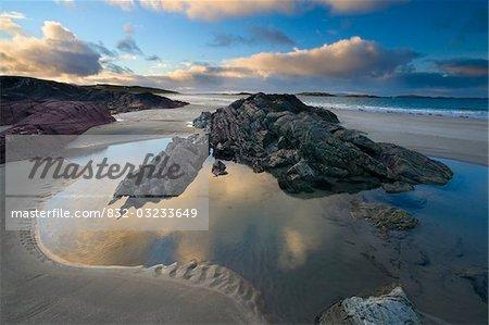 Glassillaun, Co Galway, Irlande ; Strates Rocheuses le long de la plage de Glassillaun