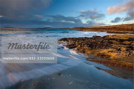 Plage de Glassillaun, Co Galway, Irlande ; Strates Rocheuses le long de la plage de Glassillaun