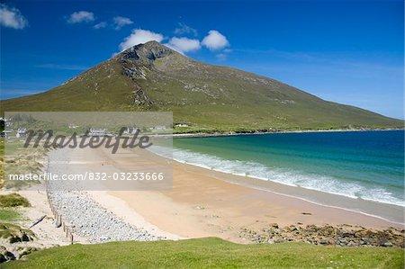 L'île d'Achill, comté Mayo, Irlande ; Plage de sable à Doogort Strand et Slievemore