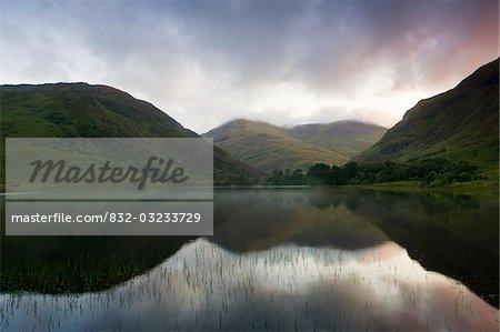 FIN Lough, Delphi Valley, Co. Galway, Irland; Berge spiegelt sich in den See bei Sonnenaufgang