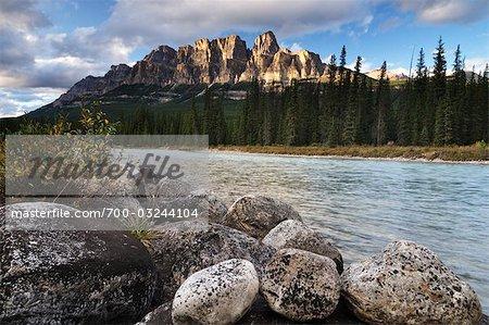 Château de montagne et la rivière Bow, Parc National Banff, Alberta, Canada