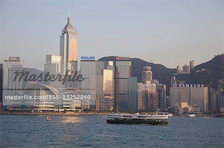 Horizon Wanchai de Kowloon avec un star ferry à l'avant-plan, Hong Kong