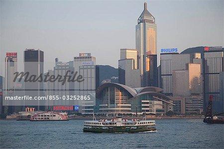 Skyline de Wanchai de Kowloon avec un star ferry en avant-plan, Hong Kong