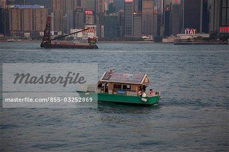 Skyline de Wanchai de Kowloon avec un bateau de tourisme fantaisie en avant-plan, Hong Kong
