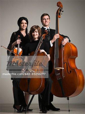 Studio portrait de trois jeunes musiciens avec instruments