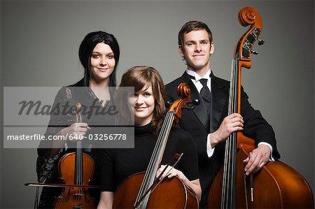 Studio Portrait von drei junge Musiker mit Instrumenten