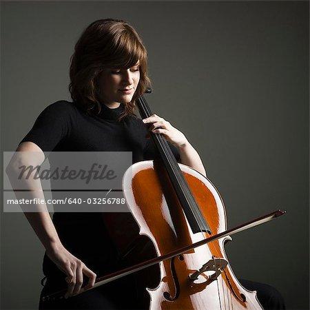 Junge Frau spielt Violoncello, Studioaufnahme