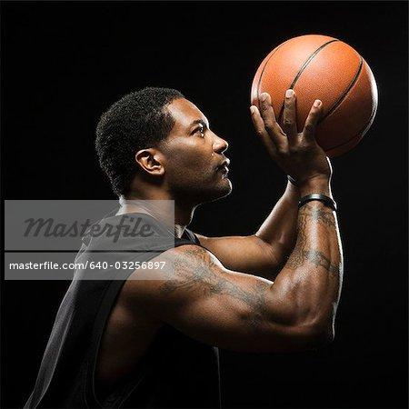 Coup de Studio de basketteur tient ballon