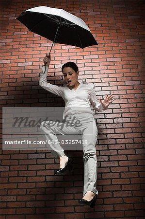 Coup de Studio de parapluie holding chute de jeune femme