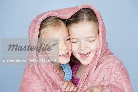 Deux filles heureuse, enveloppées dans une serviette