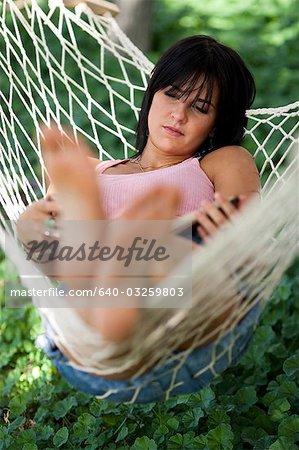 Frau in einer Hängematte schlafen
