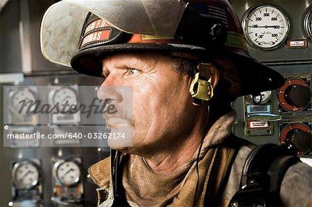 Portrait d'un pompier devant le panneau de configuration