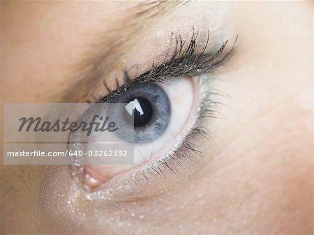 Gros plan d'un oeil femme fermé avec cils
