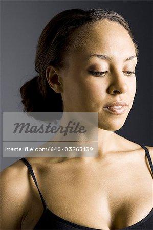 Profil de côté de femme avec mains sur la tête et les yeux fermés