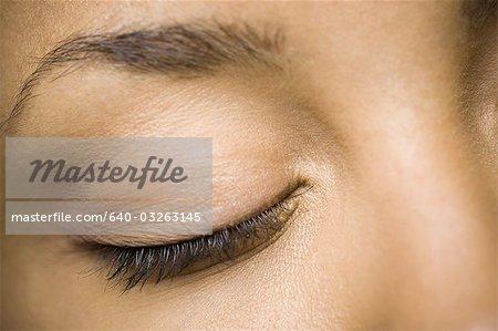 Gros plan de femme avec les yeux fermés