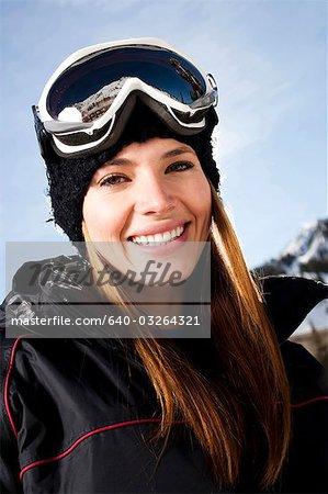 Adolescente à l'extérieur de sourire