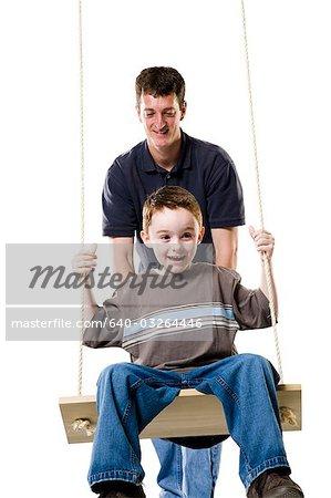 Père et fils avec balançoire