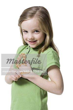 Jeune fille jouant avec un serpent