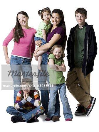 Mère posant avec les fils et les filles