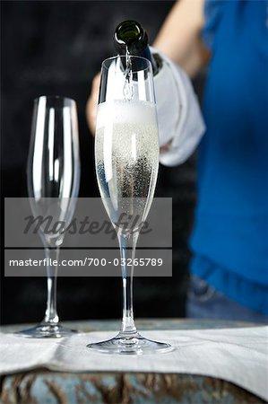 Frau, Gießen ein Glas Champagner