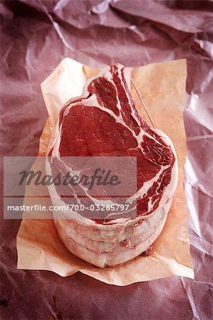 côte de bœuf cru sur du papier de boucherie