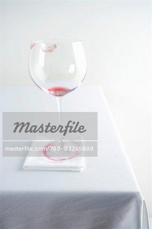 Vider le verre de vin rouge avec rouge à lèvres marque Rim