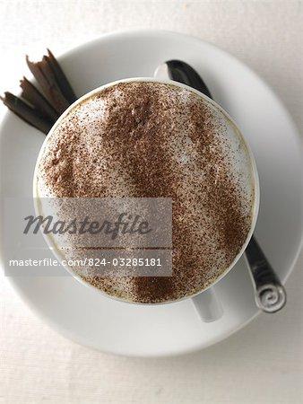 café tourné au-dessus avec chocolat