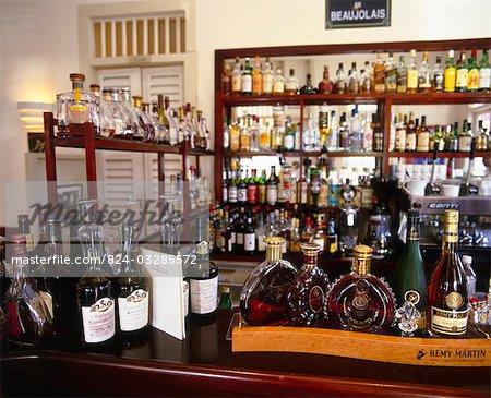 Bar mit Getränken A la Bastille, ein französisches Restaurant in Port Of Spain,