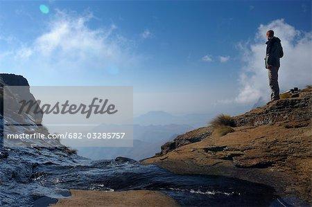 Randonneur à la lèvre de la Tugela Falls donnant sur l'escarpement du Drakensberg, amphithéâtre, Royal Natal, Parc National de Ukhahlamba Drakensberg, Kwazulu-Natal, Afrique du Sud