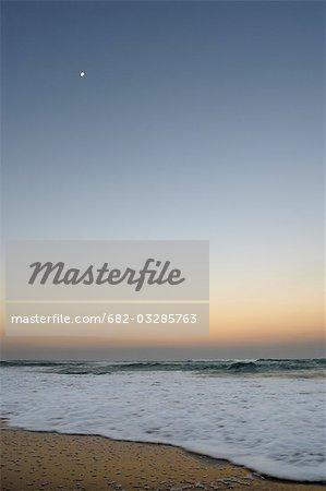 Au crépuscule, Main Beach, St Lucia, Kwazulu-Natal, Afrique du sud de la lune sur le rivage de l'océan Indien