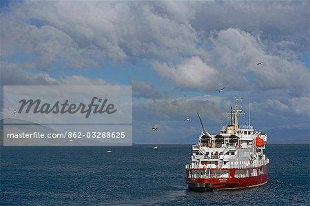 Argentine, Tierra del Fuego, Ushuaia, le canal de Beagle. Fin après-midi nuages et temps accumule sur le canal de Beagle, vus depuis le port d'Ushuaia, comme un navire de l'expédition, l'étoile polaire MV, met les voiles pour l'Antarctique.