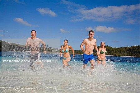 Un groupe s'amuser dans les eaux claires du lac Mckenzie sur l'île de Fraser. Bordé par une plage de sable blanc, la baignade populaire est l'un des nombreux lac naturellement formé sur l'île de World héritage inscrit sable.