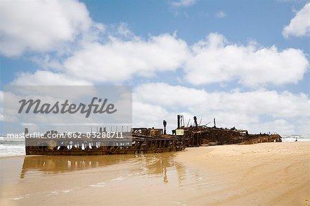 L'incroyable hulk rouillé de la Maheno sur plage Seventy - five Mile. L'ancien paquebot a échoué sur la côte est de l'île Fraser par un cyclone en 1935.