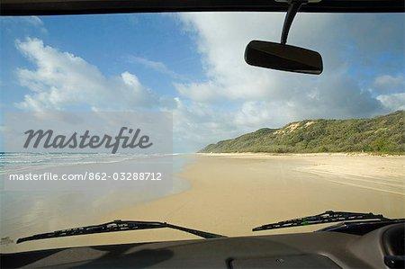 Australie, Queensland, Fraser italiennes sable route plage Seventy - five Mile à travers le pare-brise d'un véhicule à quatre roues motrices. Sans routes pavées l'île peut seulement être parcourue par les véhicules tout-terrain.